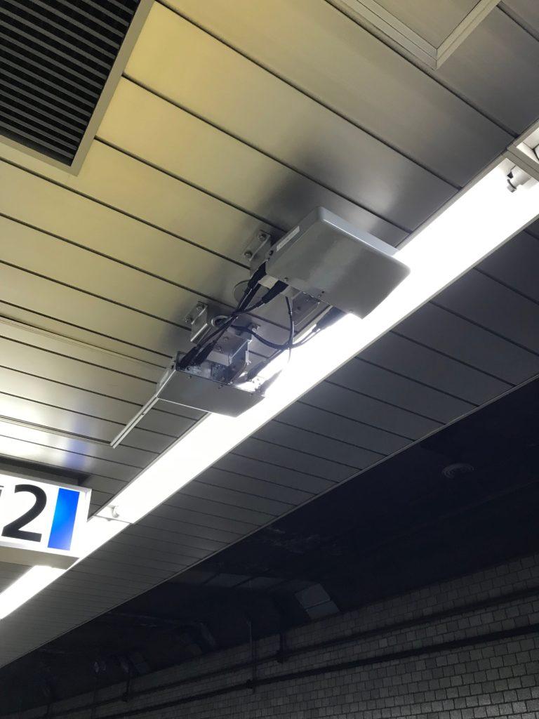 地下鉄駅構内に設置されたWiMAX用のアンテナ